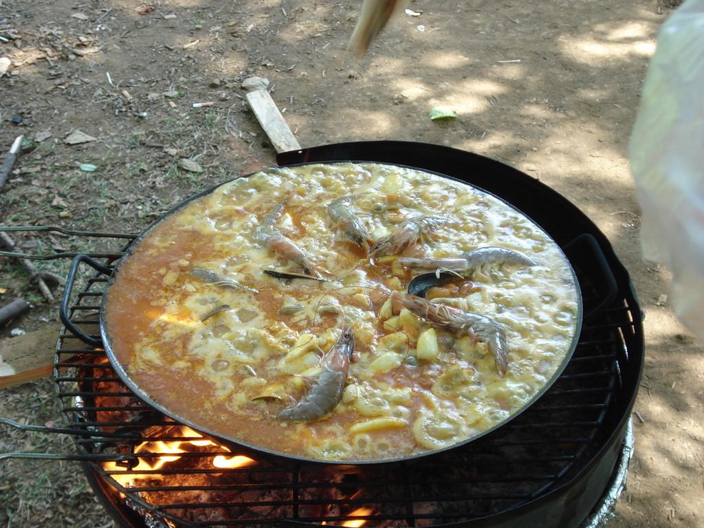 Familie und Freunde treffen sich oft im Park und essen gemeinsam Paella.