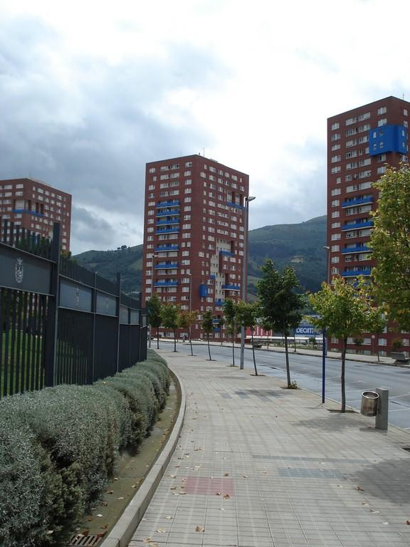 Auch diese Gebäude gehören zu dem neuen Bilbao. Dahinter befindet sich die 2005 entstandene Ikea-Filiale
