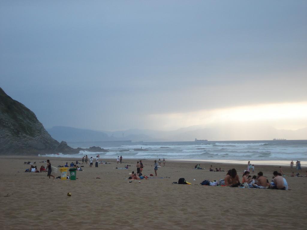 Die Surfer kommen alle zum Wellenreiten an den Strand von Sopelana