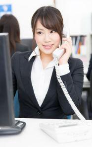 電話受付する女性