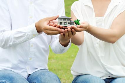 夫婦間での住宅模型の手渡し