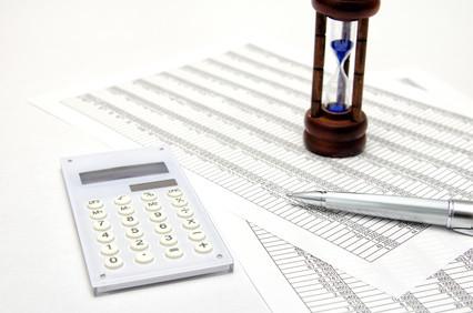税金計算書と電卓と砂時計