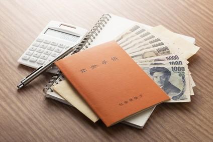 年金手帳と金銭と電卓