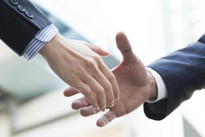 依頼者と信頼の握手