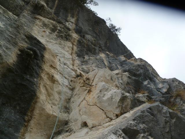 In der 8. Länge geht es über eine unschwierige Rampe, die schwere Stelle ist ein kurzer Überhang am Schluss