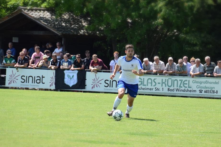 Betreten auf eigene Gefahr: Stefan Strauß bildete zusammen mit Marc Suttor das Mittelfeld und somit das Herz des FC Erzberg-Wörnitz. Hier war für den Gast kein Spielraum zur Verfügung.