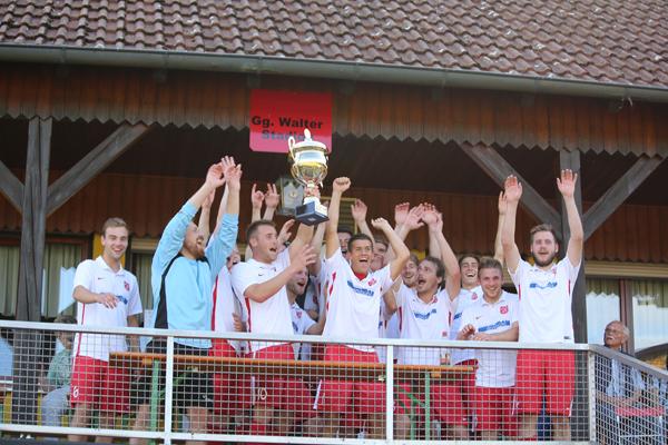 Verdienter Sieger: Der FC Dombühl gewinnt den VR-BankCup. Im Finale bezwang der Gastgeber den TSV Geslau nur knapp mit 1:0.