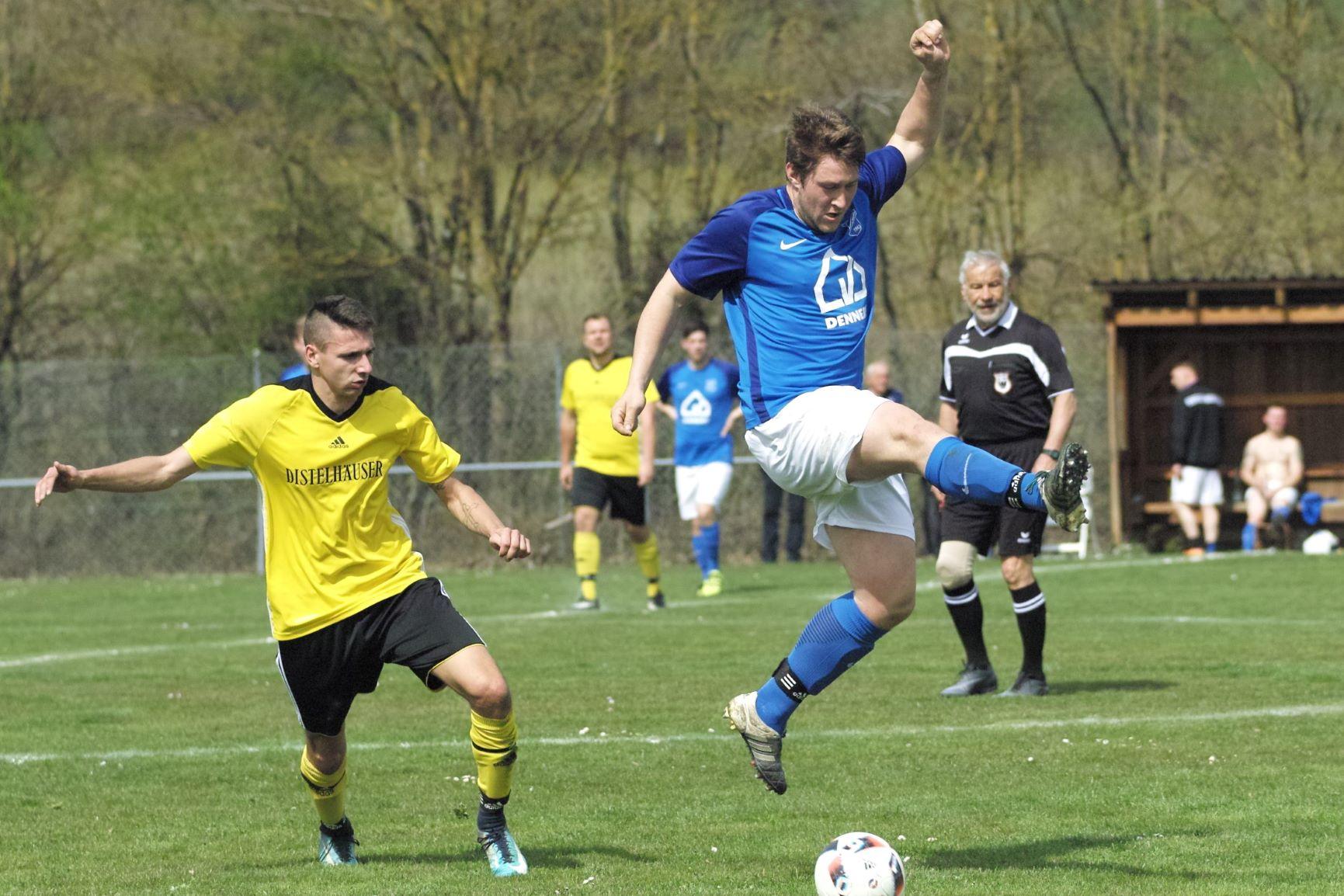 Sinnbildlich für den vergangenen Spieltag: Sven Breitwieser verpasst einen langen Ball ebenso, wie es beide Mannschaften des FCEW verpassen, Zuhause vor eigenem Publikum zu punkten.