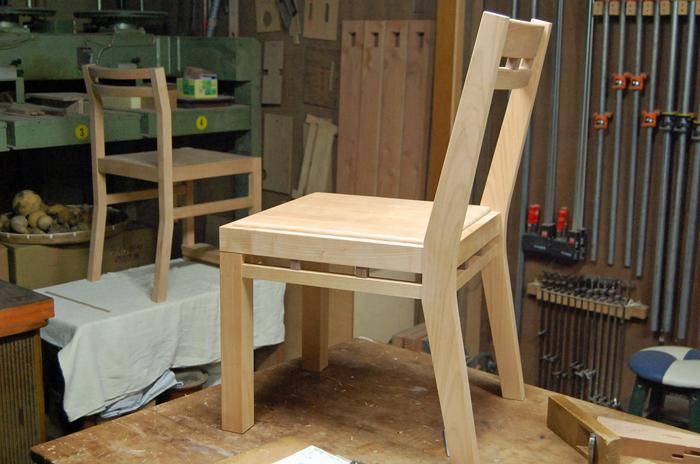 組み木の椅子と羽目板チェア