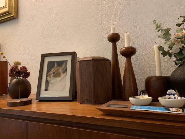 朝の写真。 骨壺ケースは、我が家のインテリアにぴったりです。