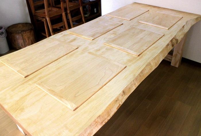 栃一枚板ダイニングテーブルと木製ランチョンマット