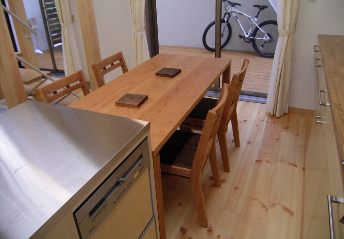 座卓にもなるシンプルダイニングテーブル&組み木の椅子 (海老名市・S様邸)