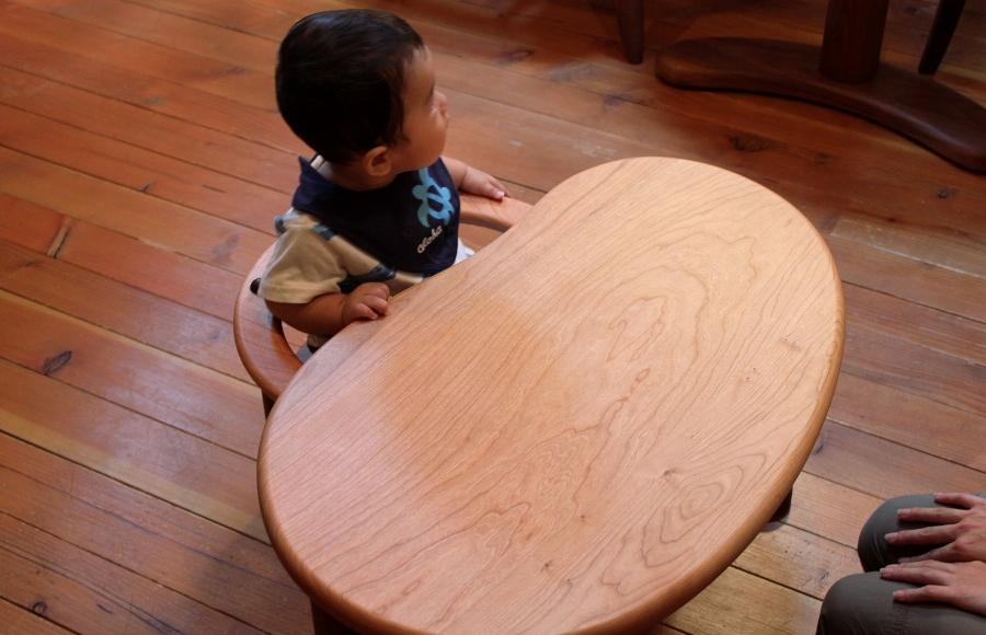 U字の子供椅子とテーブル