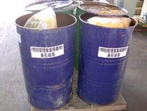 2重のプラスチック袋に密閉し、蓋付きドラム缶に密閉