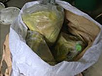 2重のプラスチック袋に密閉し、フレコンの口をしっかり縛る(弊社でドラム缶に詰め替えます)