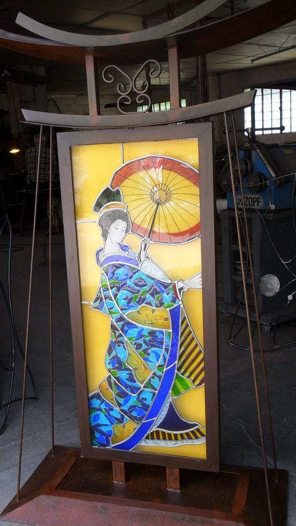 Geisha devant l'atelier fer-Art du Vitrail