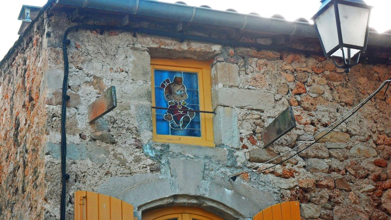 Vitrail posé dans une fenêtre-Art du Vitrail