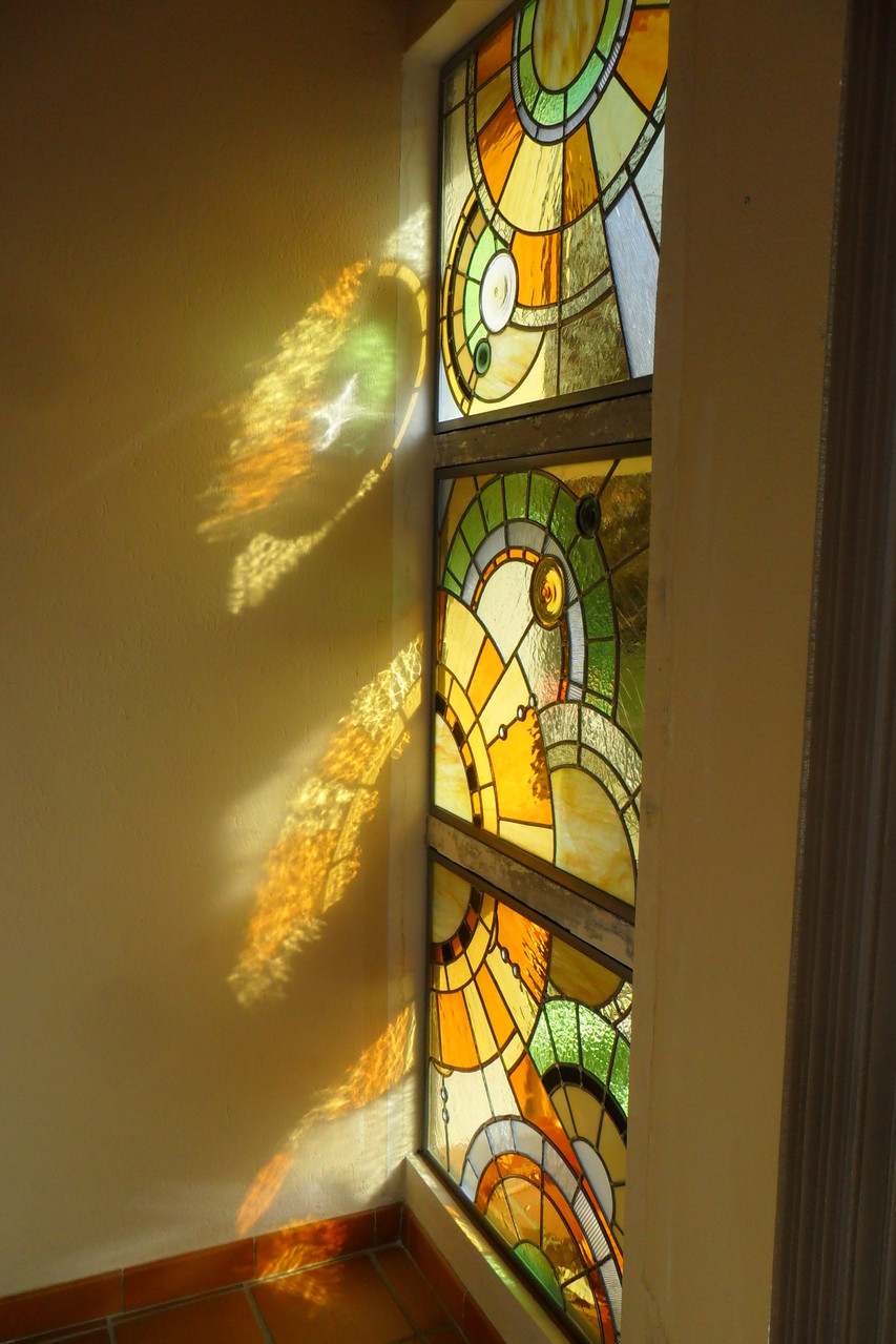 vitrail moderne triptyque posé dans une entrée- art du vitrail- Le Crès 34