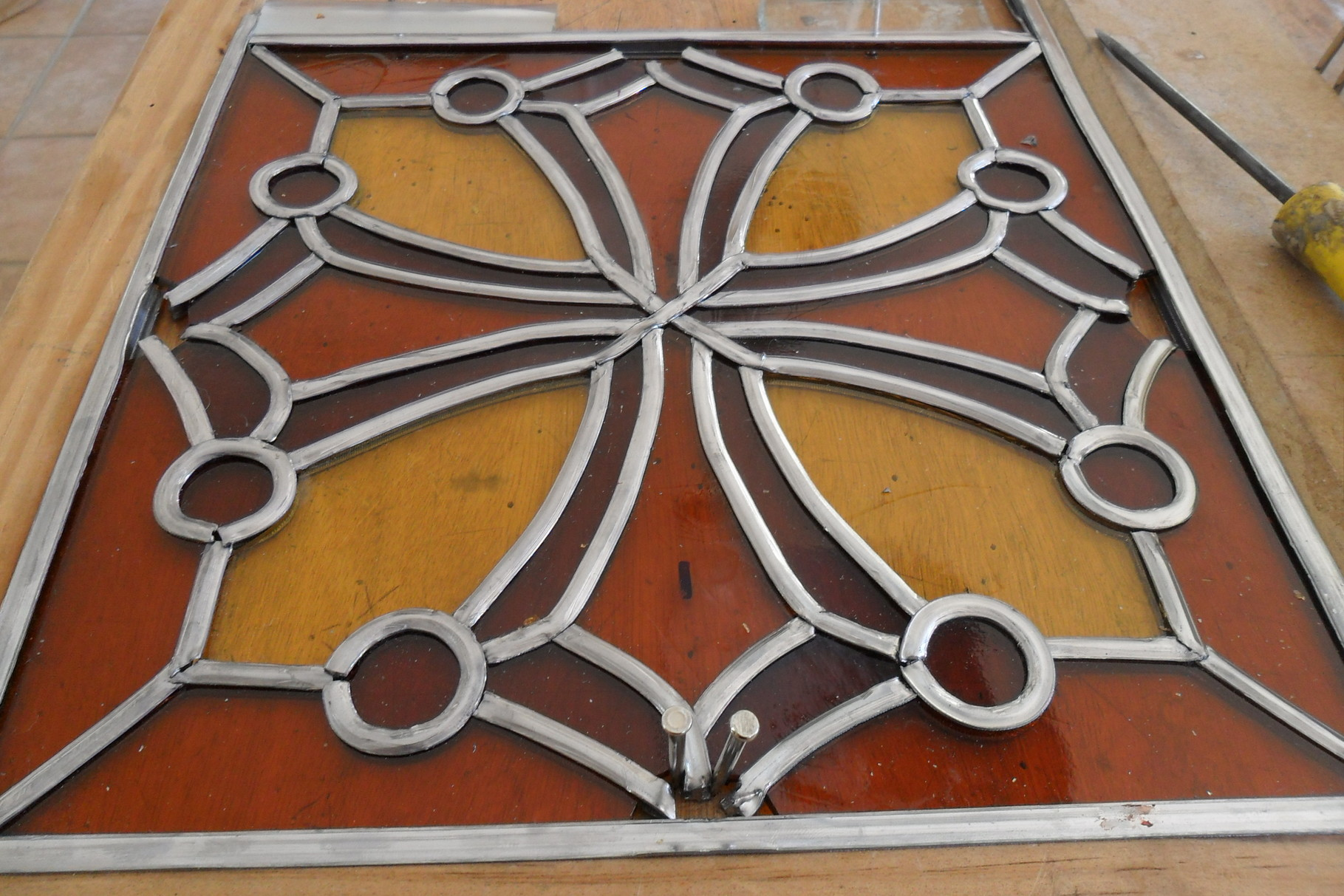 vitrail croix du Languedoc-art du vitrail