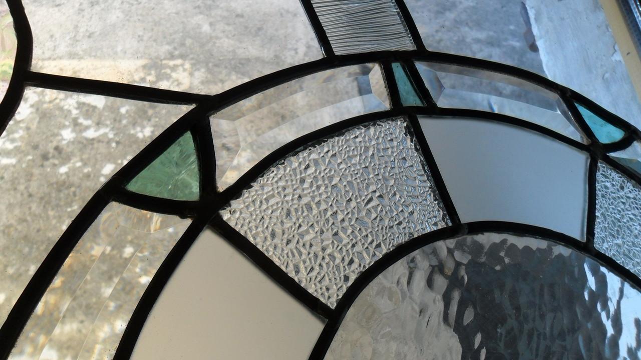 Détail vitrail salle de bains, verres biseautés, imprimés clairs