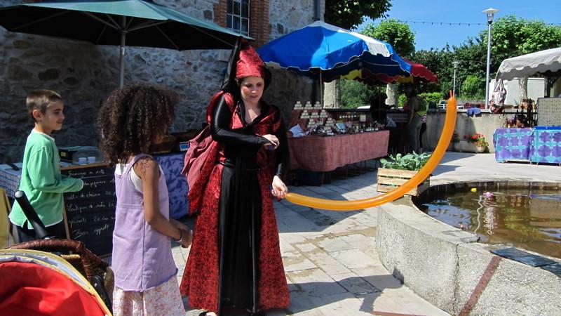 Delphine: Cirque et Magie sur le marché