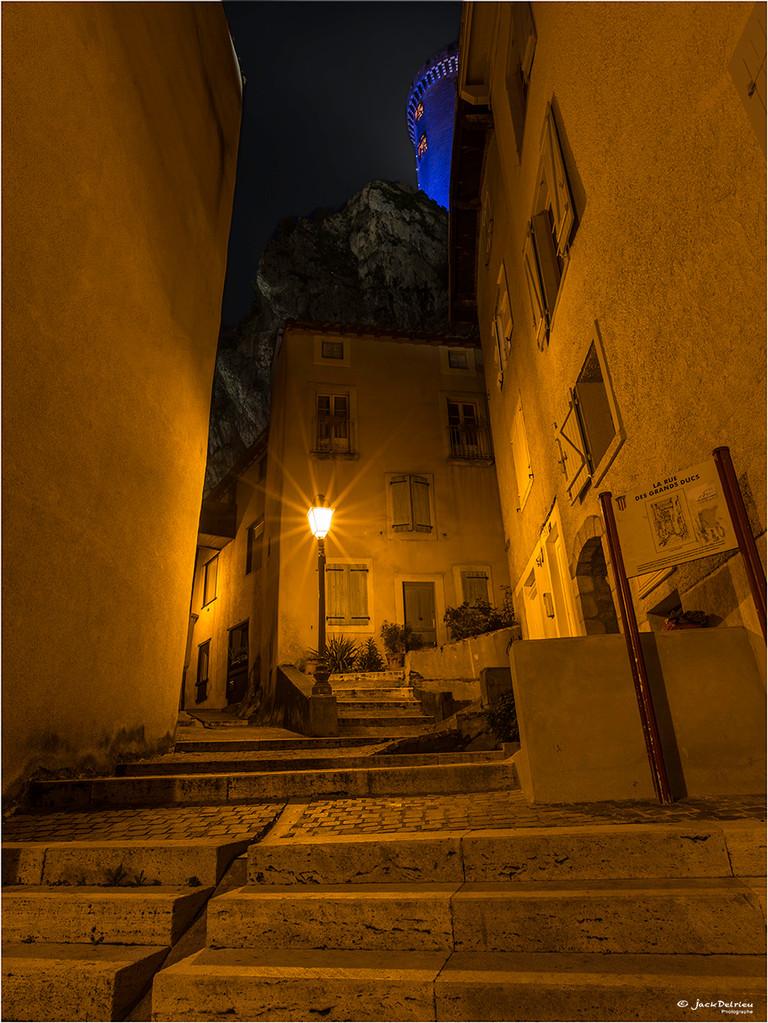 Le château de Foix depuis l'une des rues pittoresques de la cité Comtale