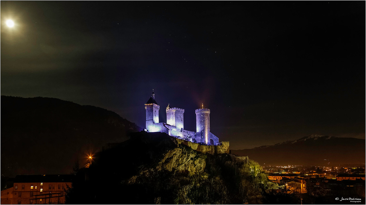 Le château de Foix sous la lune de décembre