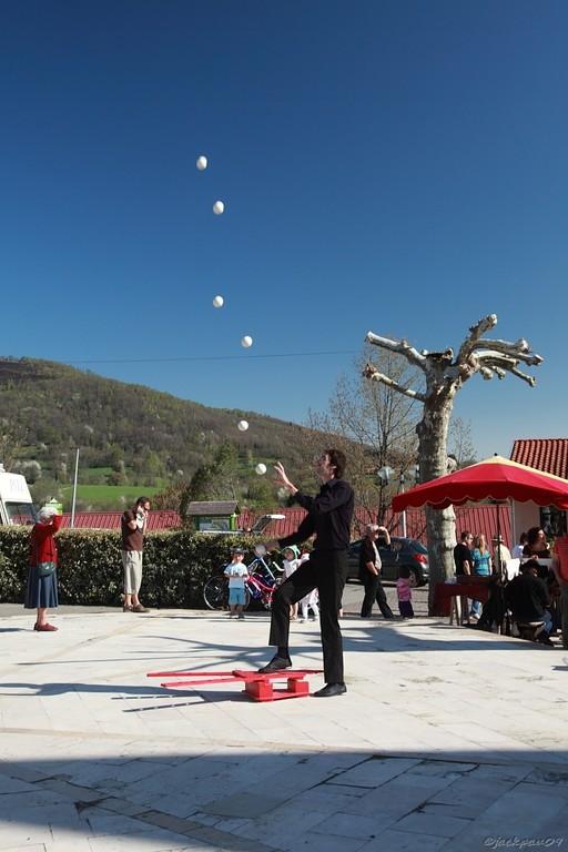 Un jongleur nous étonne avec ses 6 boules satellisées