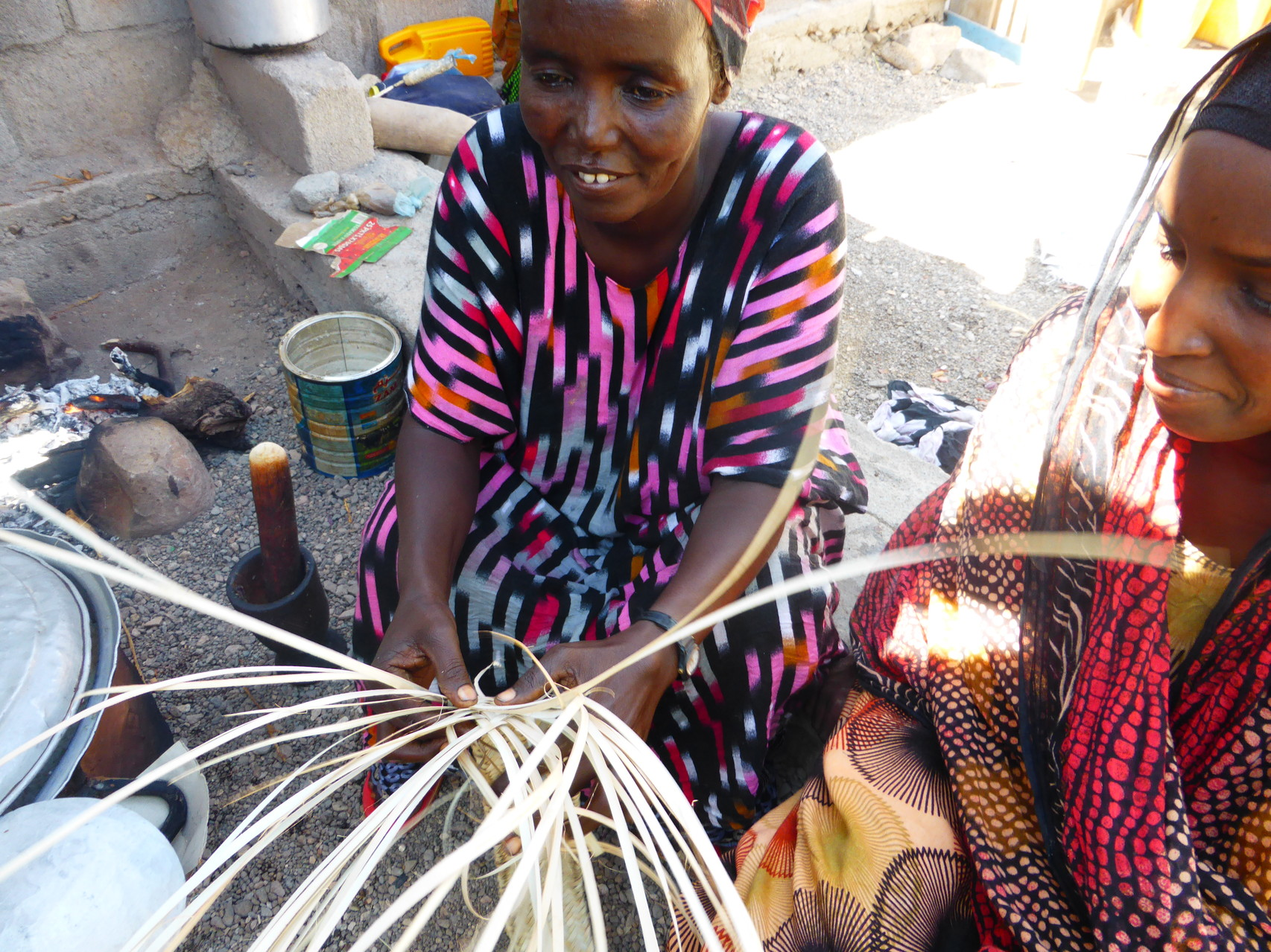Tressage des feuilles de palmes pour confectionner les nattes recouvrant les daboïtas