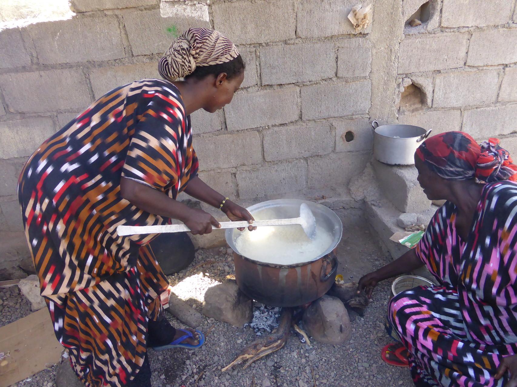 Cuisson du riz pour le repas de midi