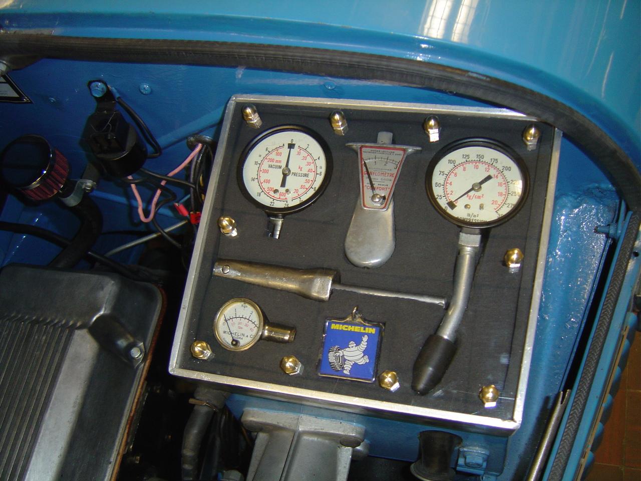 porte outillage bugatti compressiomètre michelin gonflomètre carburateur réglage dépressiomètre
