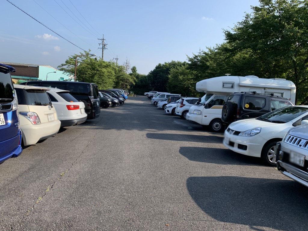 第一シフト開始30分以上前から駐車場はほぼ満車状態。市内外だけでなく、遠くは関西方面からのナンバーも見受けられました。