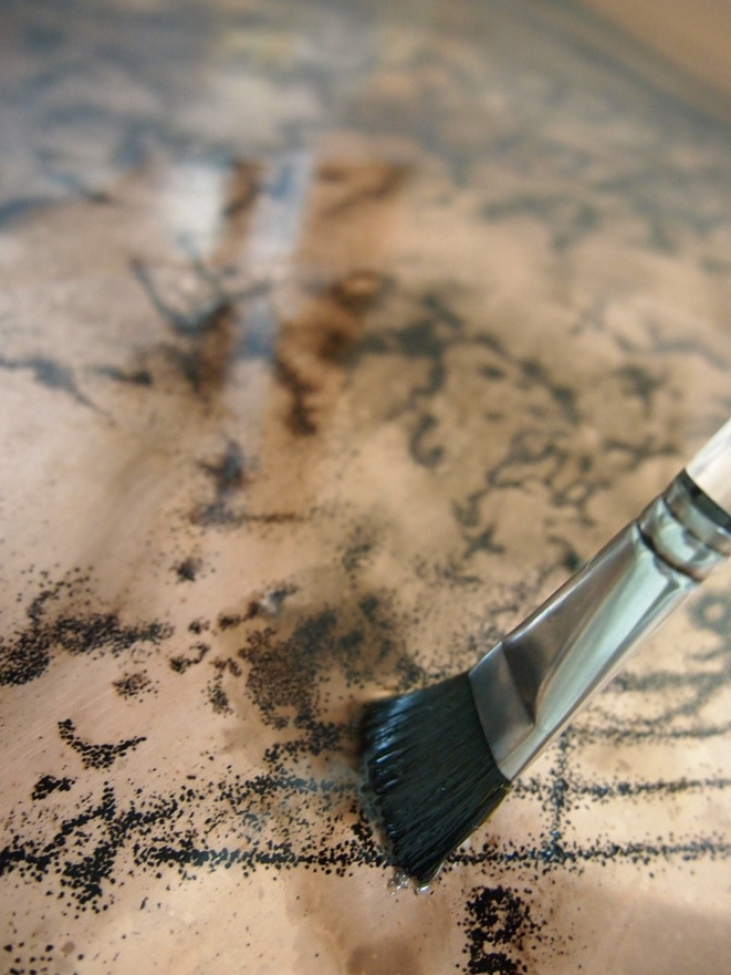 版凹部のインクを掻き出して拭く。