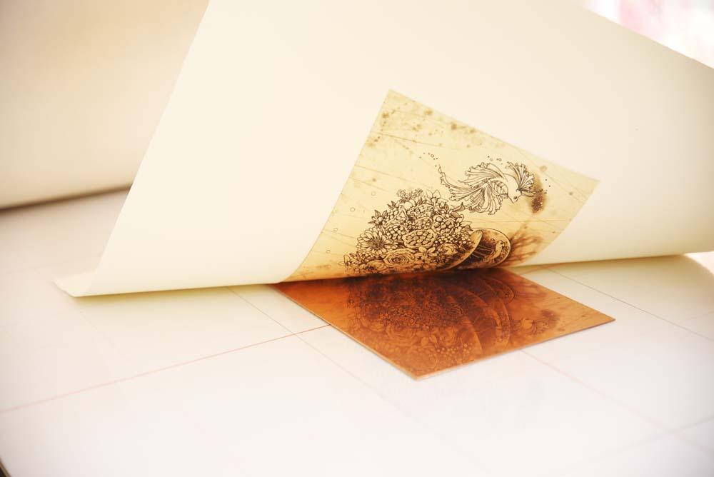 版凹部のインクが版画用紙に凸状に移る