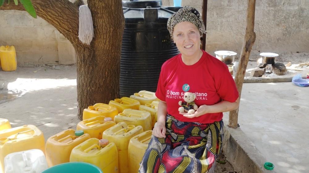 Doris und ich vor unserem Haus, neben den vielen Trink-Wasserkanistern