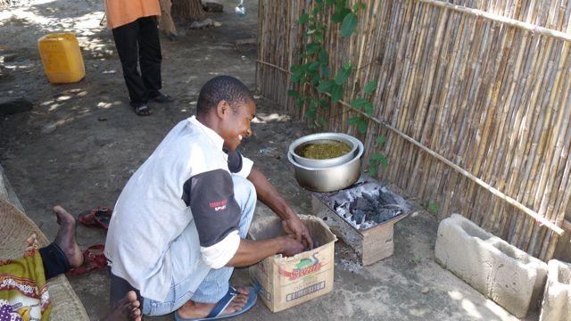 Papa Isufu macht Feuer