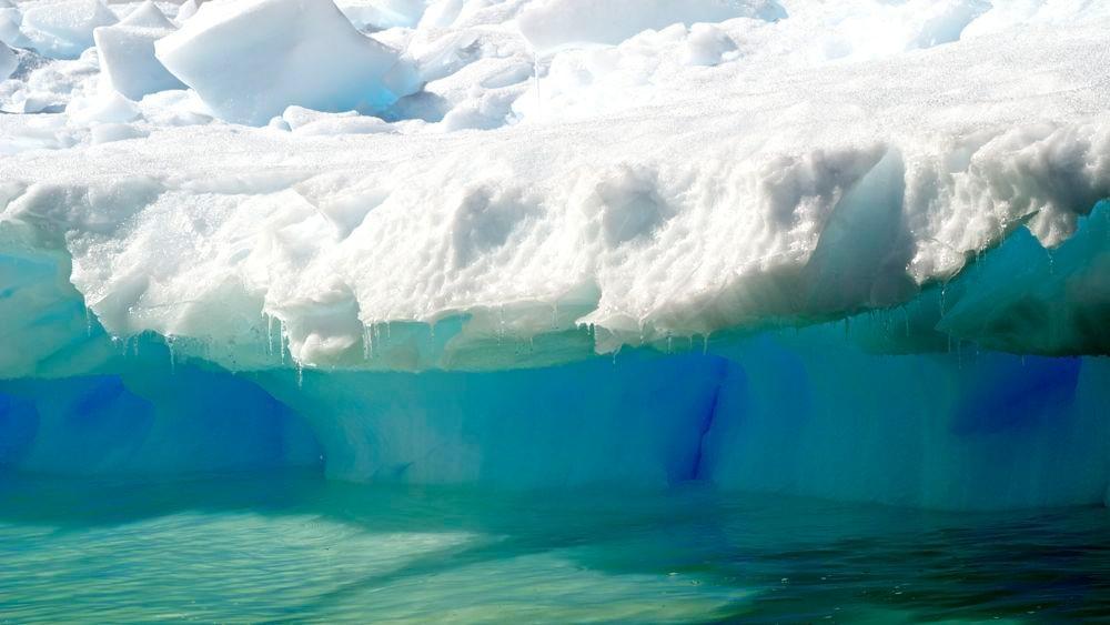 Zodiak-Cruising! Wir sehen das Eis ganz nah. Es leuchtet in den schönsten Blautönen!