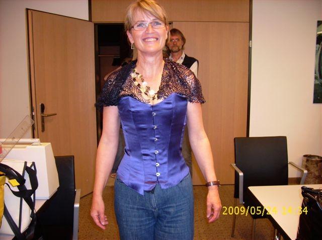 Mit dem fertigen Mieder werden erstaunliche Effekte erzielt, vor allem die Taille betreffend - 2009 St. Gallen