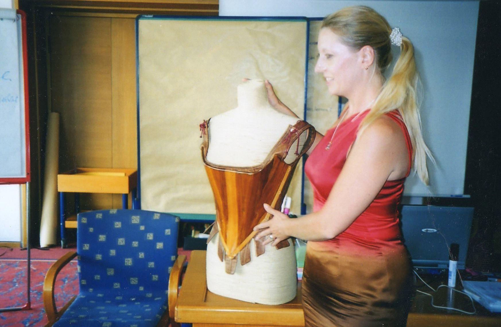 Frau Dorsch mit einer Corsage aus Holz - 2003 Freiburg
