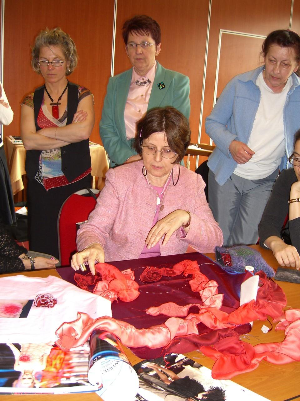 Marthe Glasser drappiert, verlaufend gefärbten Chiffon zu Rosetten à la Valentino - 2008 Geradmér