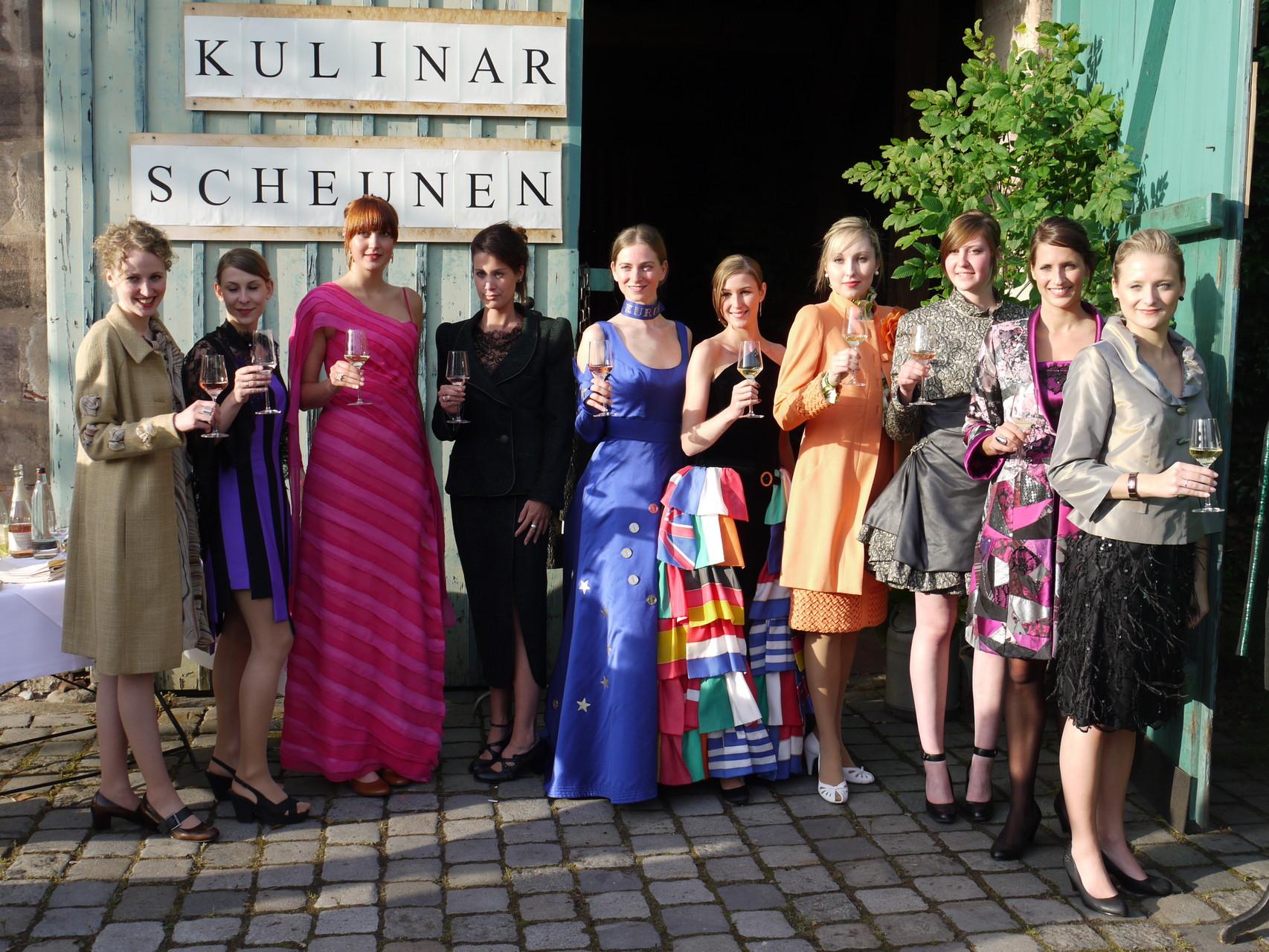Die Models stoßen mit dem EAK zur Feier des Tages an.