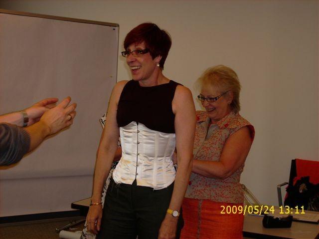 Anprobe eines Unterbrust-Schnürkorsetts - 2009 St. Gallen
