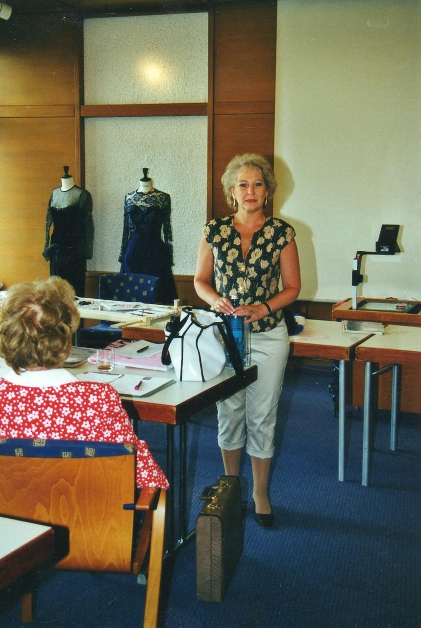 Frau Helga Freiers erste Handlung als neue Präsidentin des Europäischen Arbeitskreises