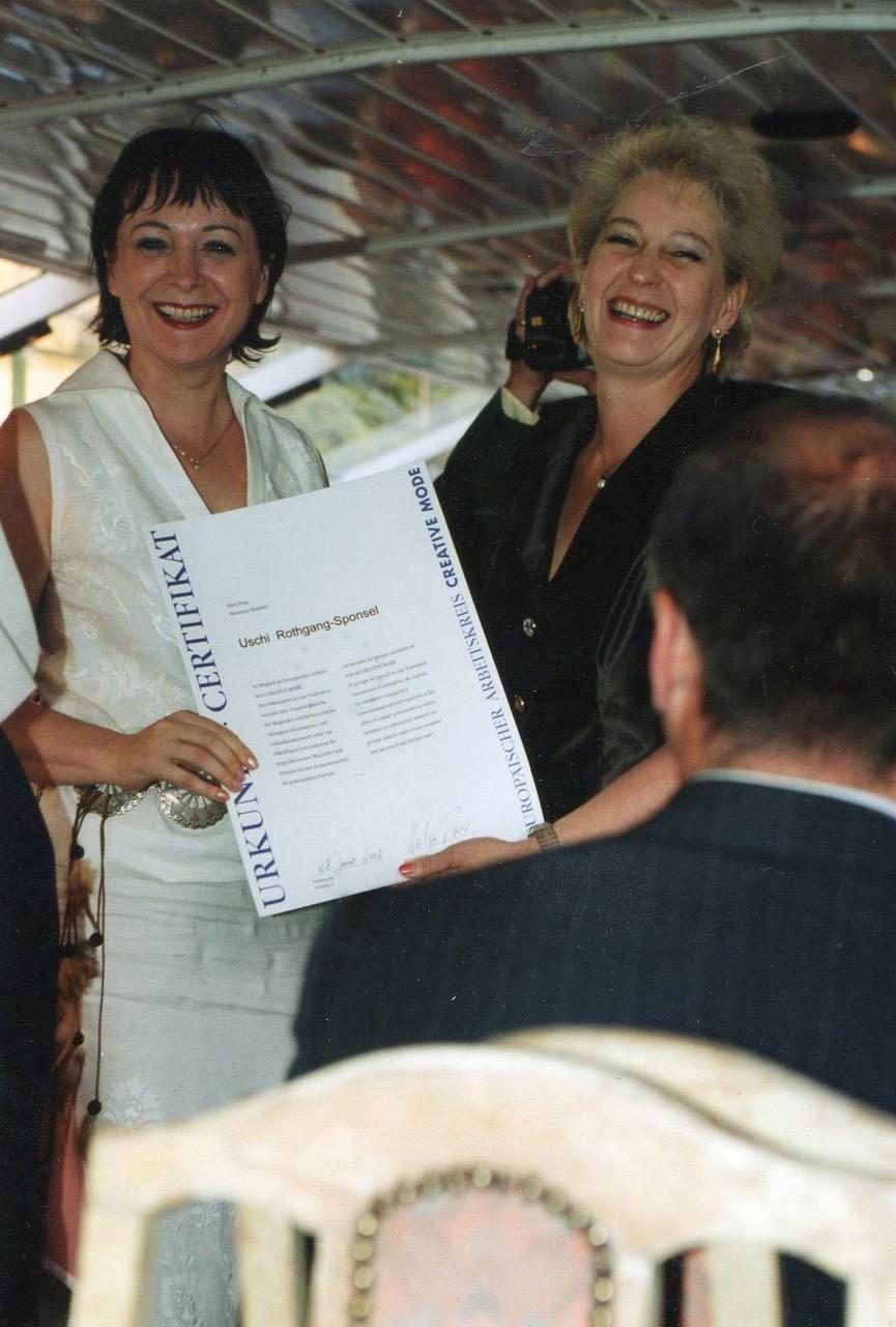 """Frau Rothgang wir als """"neues Mitglied"""" mit einer Urkunde willkommen geheißen  - 2002 Strasbourg"""