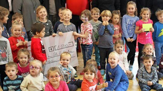 Spendenübergabe in der Kita Niederlosheim - Kinder freuen sich über neue Spiele
