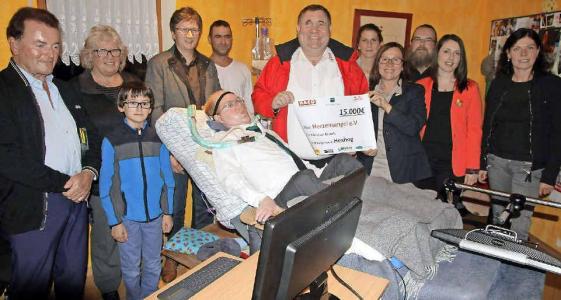 Freudige Gesichter bei der Spendenübergabe an Christian Nickels