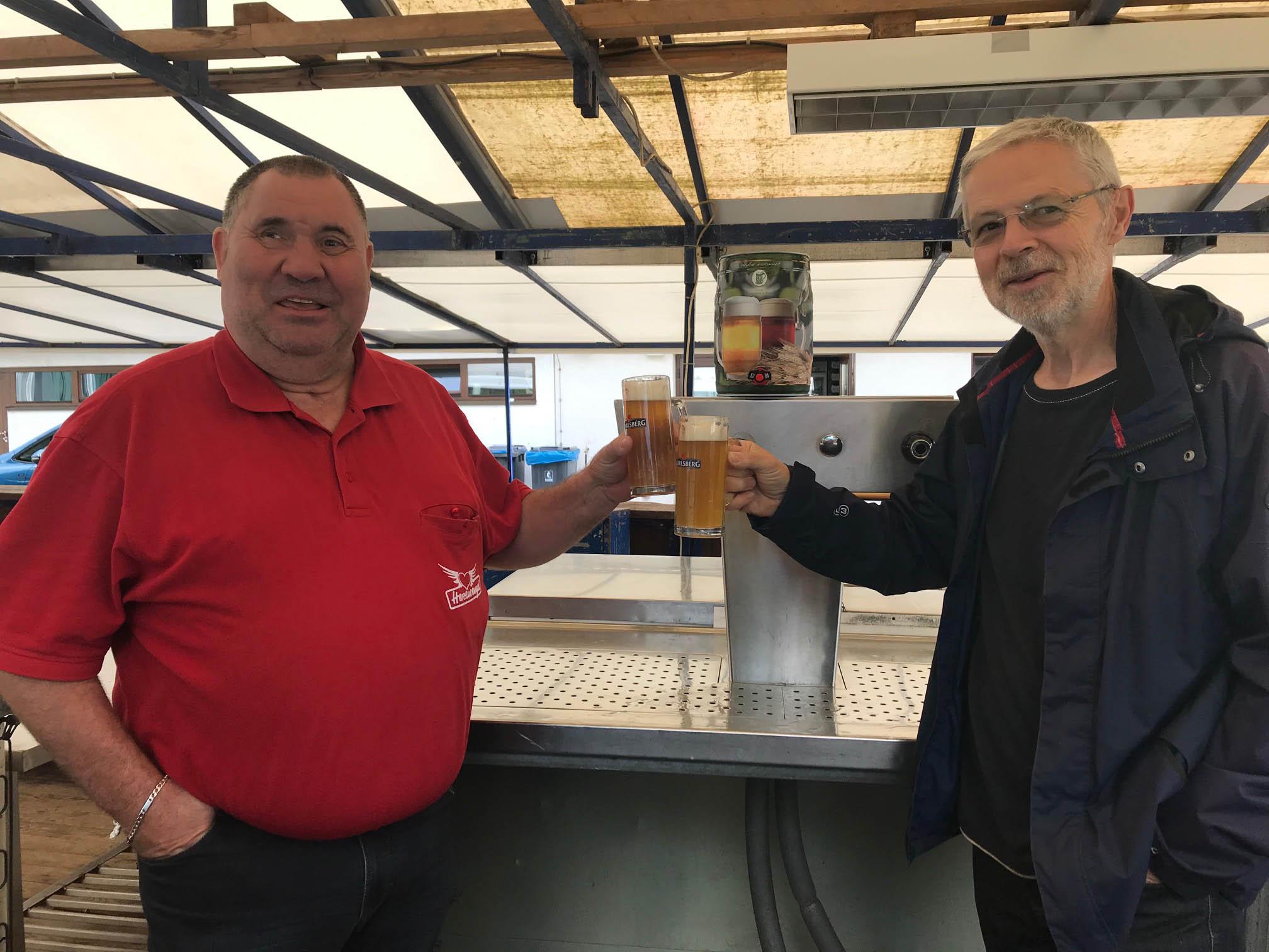 Adrian und Manfred eröffnen das Fest mit eimem Ersten Herzensengel Bier