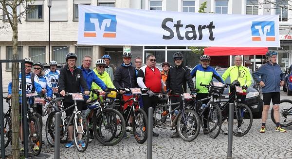 Stolze 4.625 EUR erradelte die Herzensengelgruppe um Bürgermeister Lothar Christ, IKK-Vorstand Jörg Loth und den Volksbankenchefs Bernd Mayer und Jürgen Enzweiler