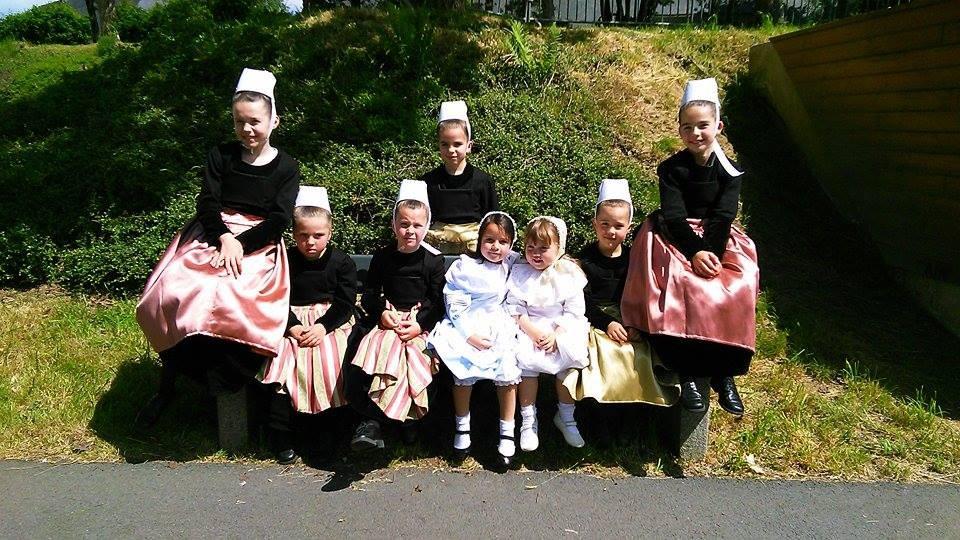 Groupe enfant après une représentation à la Maison de retraite de Lestonan