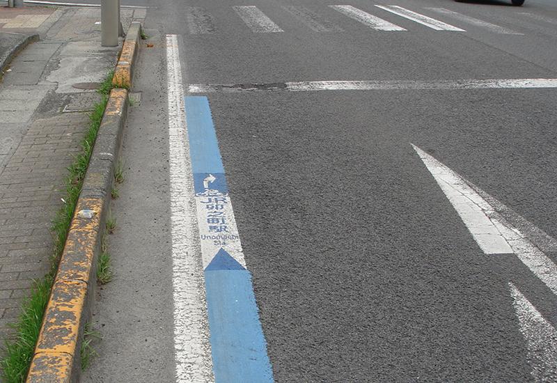 JR卯之町駅前交差点、右折表示
